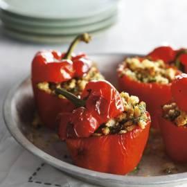 Gevulde rode paprika met tomaat en ansjovis