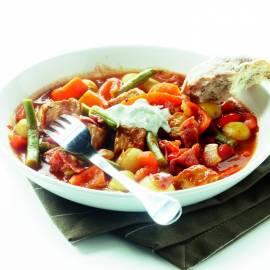 Goulash met krieltjes en kruidenroom
