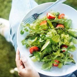 Groene salade met asperges, aardbeien en druiven