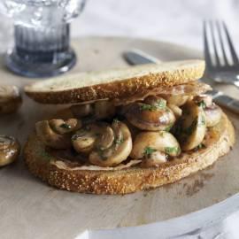 Klassieke toast met gebakken paddenstoelen en spek