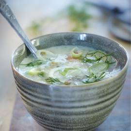 Komkommer-dillesoep met forel