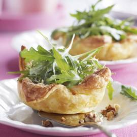 Mini-kaasquiches met geitenkaas en notensla