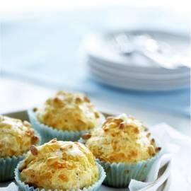 Muffins met oude kaas en pijnboompitten