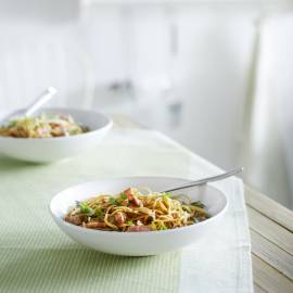 Noedels met selderij, spekjes en taugé