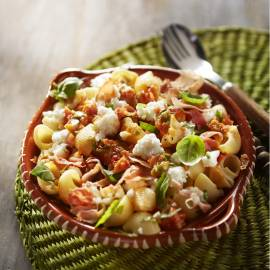 Pastasalade met tomatentapenade en parmaham