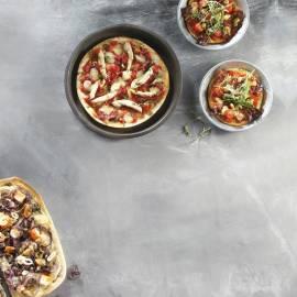 Pitapizza met tomaat, katenspek en rucola