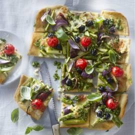 Pizza met groene asperges, ansjovis en spinaziepesto