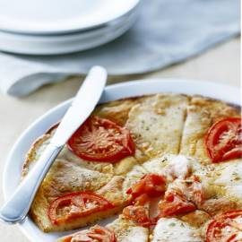 Pizzapannenkoek met mozzarella en tomaat