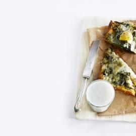 Plaattaart met verse spinazie, spiegelei en blauwe kaas