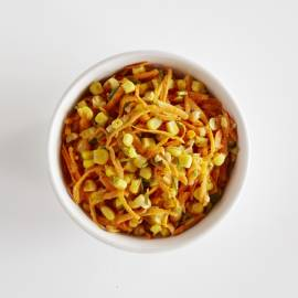 Rauwe wortelsalade met maïs