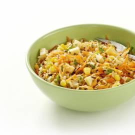 Rijstsalade met kaas, maïs en wortel