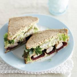 Roggebroodsandwich met haring, biet en avocado