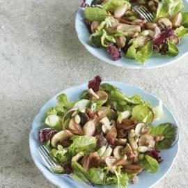 Salade met bospaddenstoelen en gekonfijte sjalotjes