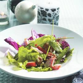 Groene salade met peultjes en gerookte kip