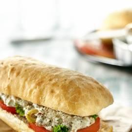 Sandwich met sardines, olijven en peterselie
