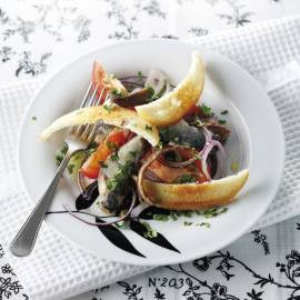 Sardine-ansjovissalade met knoflookcroutons