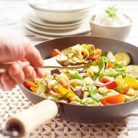 Groenteschotel uit de wok met kaas en noten