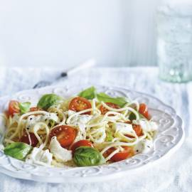 Spaghetti met tomaatjes, basilicum en mozzarella