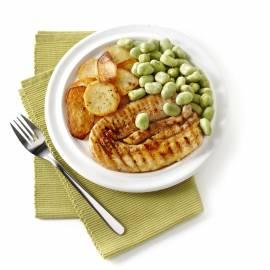 Speklapjes met tuinbonen en gebakken aardappelen