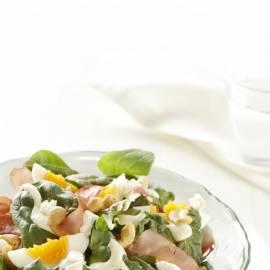 Spinaziesalade met krokante ham en geitenkaasdressing