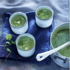 Spinaziesoep met ei en koriander