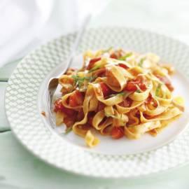 Tagliatelle met verse tomaat, spek en basilicum