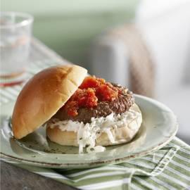 Tartaarburger met selderijsalade en tomatensaus