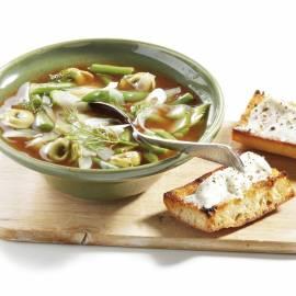 Tomatensoep met spinazietortellini en kaasbroodjes
