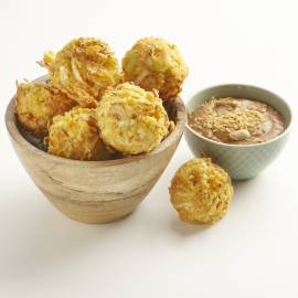 Krokante groentebolletjes met satésaus