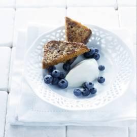 Wentelteefjes van kruidkoek met blauwe bessen en hangop