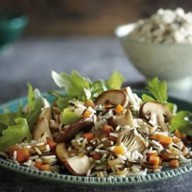 Wilde-rijstroerbak met paddenstoelen