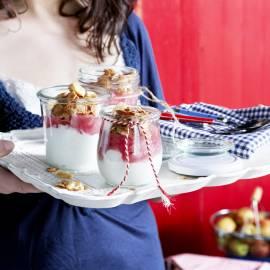 Yoghurthangop met rabarber en amandelcrunch
