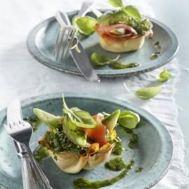 Zalm-avocadobakje met basilicumdressing