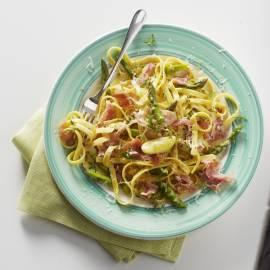Tagliatelle carbonara met asperges, rauwe ham en citroen