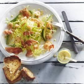 Avocadosalade met krokante parmaham en knoflookgarnalen