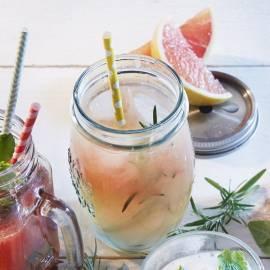 Grapefruitsap met rozemarijnsiroop