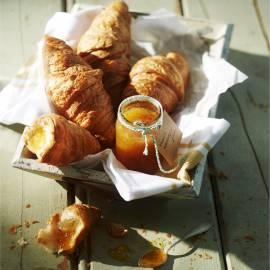 Croissants met zelfgemaakte vanille-abrikozenjam