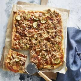 Plaatpizza met tonijn, rode ui en courgette