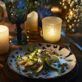 Stapelsalade van peer, verse kaas en currycrisps