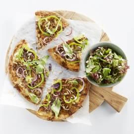 Snelle flammkuchen met gehakt en salade