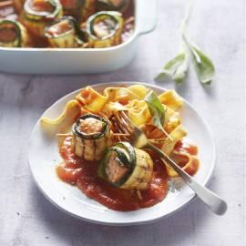 Courgetterolletjes met zalm en salie in tomatensaus