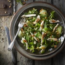 Vietnamese salade met gepocheerde kip