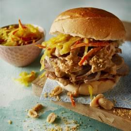 Broodje warm vlees met pindasaus
