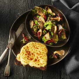Welsh rarebit met paddenstoelensalade