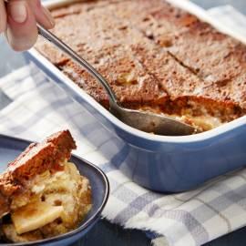 Warme ontbijtkoekpudding met appel en rozijnen