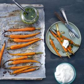 Gekaramelliseerde wortel met hangop en peterseliedressing