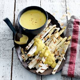 Gegrilde witte asperges met saffraansaus