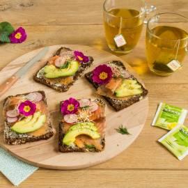 Scandinavische roggebroodjes met zalm en avocado
