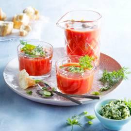 Tomatenbouillon met stokbrood en kruidenpesto