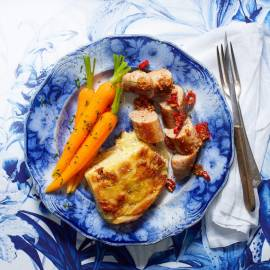 Aardappelgratin met saucijzen, wortel en pittige jus